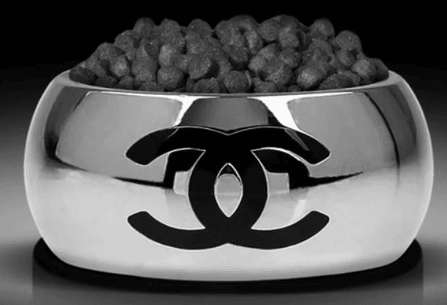 Choupette ne mange pas ses croquettes dans n'importe quelle gamelle !