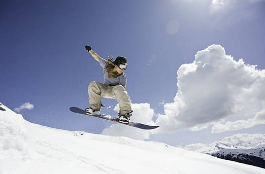 femme-snowboard-montagne
