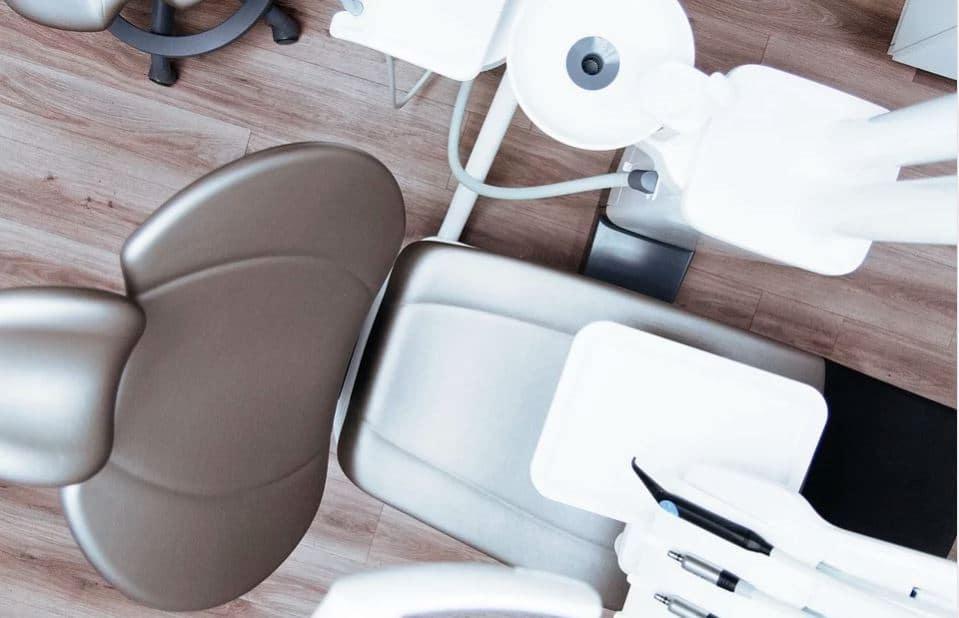 Chaise de dentiste pour recevoir des soins dentaires